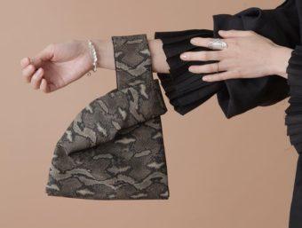 手首に下げた形が印象的。アクセサリーのように飾る「Y.A.Acc」のミニバッグ