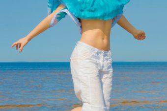 普通の腹筋運動よりも内側の筋肉に効く。キュッと締まったくびれ作りに繋がる「デッドバグ」