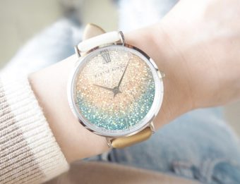 上品な輝きと柔らかなグラデーションカラーでフェミニンに。「ALETTE BLANC」の新色腕時計