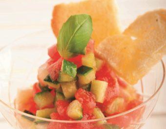 彩りと酸味が食欲をそそる。「フレッシュトマトと夏野菜のサラダ」のレシピ