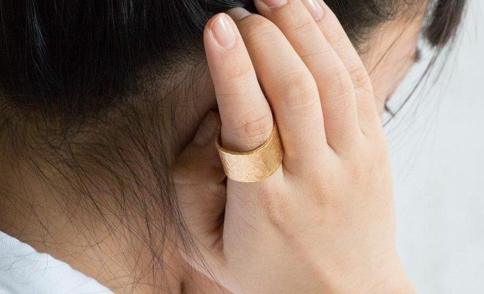 「NAGAE+(ナガエプリュス)」のリングをした女性の手元