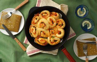 フライパンの上でアツアツを分け合おう。「パクチーベーコンのちぎりパン」のレシピ
