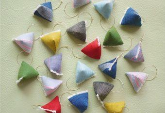 会津木綿の飾りが上品に揺れる。「duca -textile-」のイヤーアクセサリー