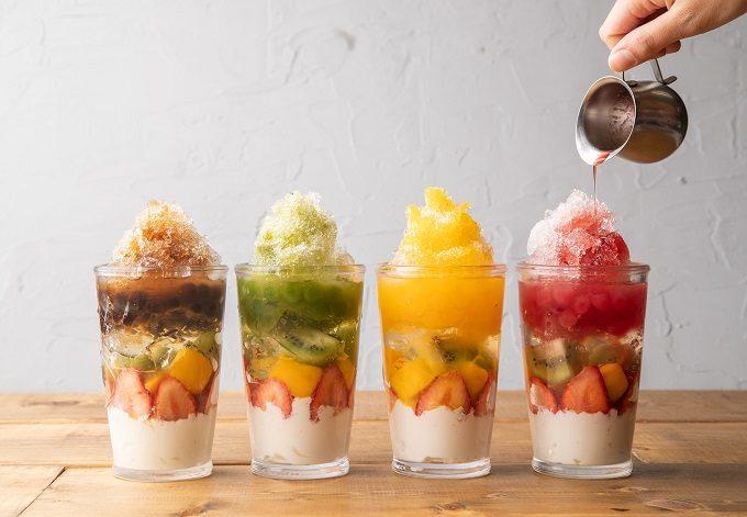 池袋の「atari CAFE&DINING」の「フルーツタピ氷」にシロップをかけているところ
