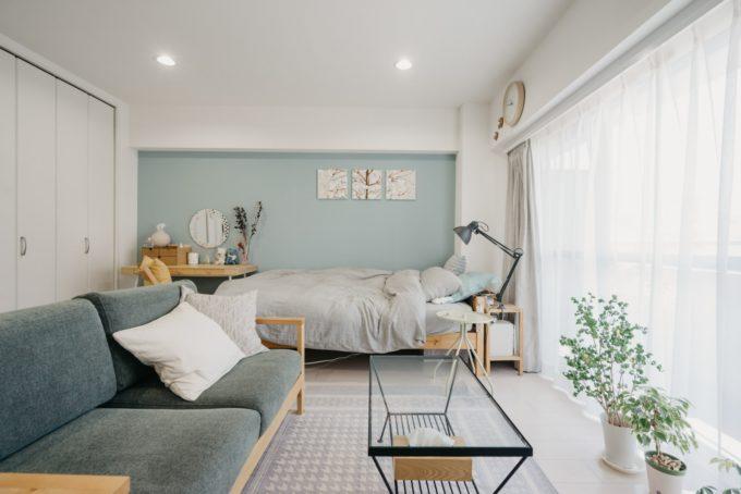 青い壁が印象的な北欧風のお部屋