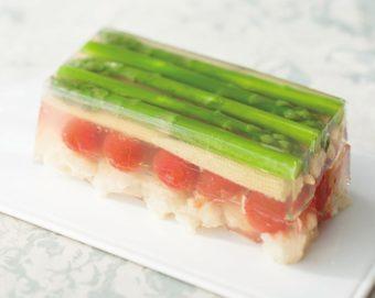 暑い時期もつるりと食べられる。涼しげで美しい「彩り野菜のテリーヌ仕立て」のレシピ