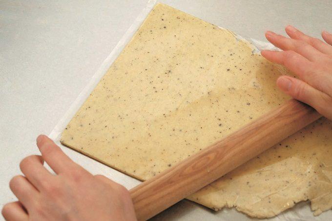 ピリッとスパイスが効いた大人の味。はちみつを添えてもおいしい「黒こしょうのクッキー」