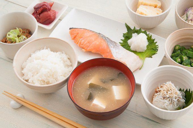 体脂肪燃焼に効果が期待できる鮭を使った定食