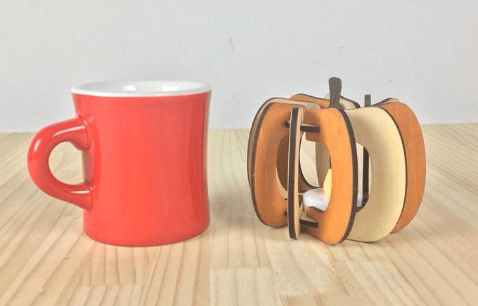 「minow plus」の木製フロアランプとマグカップ