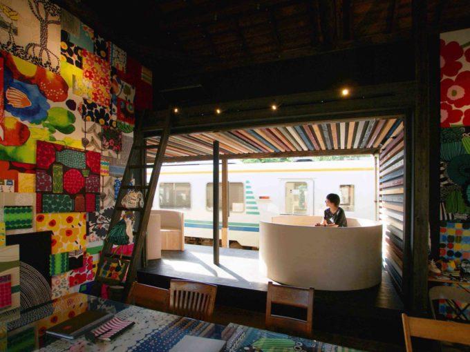 マリメッコのファブリックパネルに覆われた「MIYAKODA駅cafe」内装1