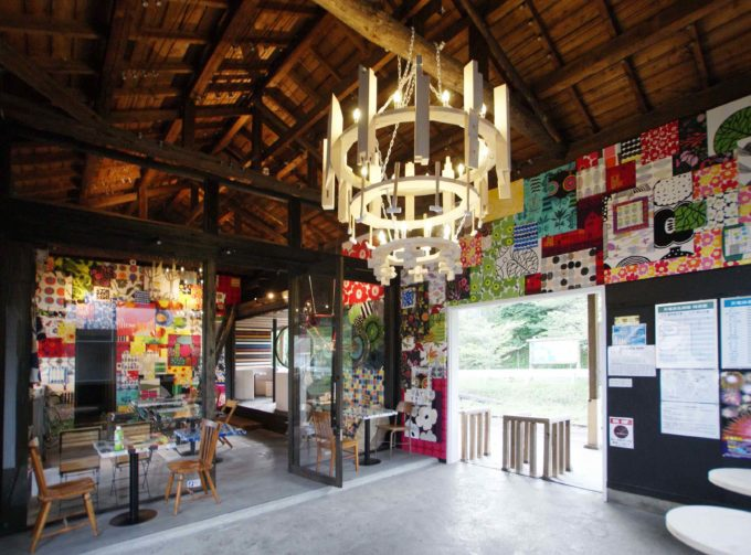 マリメッコのファブリックパネルに覆われた「MIYAKODA駅cafe」内装2