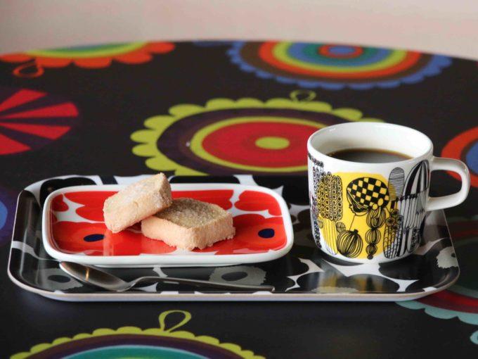 マリメッコのファブリックパネルに覆われた「MIYAKODA駅cafe」のコーヒーとお菓子
