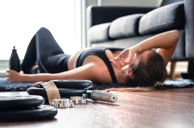ダイエットのエクササイズ中に横たわる女性