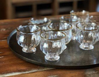 長く使い続けられてきたアンティークのよう。琥珀色の縁取りが美しい田井将博さんのガラスの器
