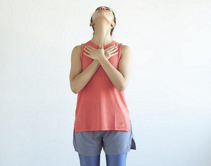 広頚筋(こうけいきん)をほぐすストレッチ