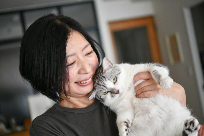 ガラス作家・松本裕子さんに抱かれる猫「雨」