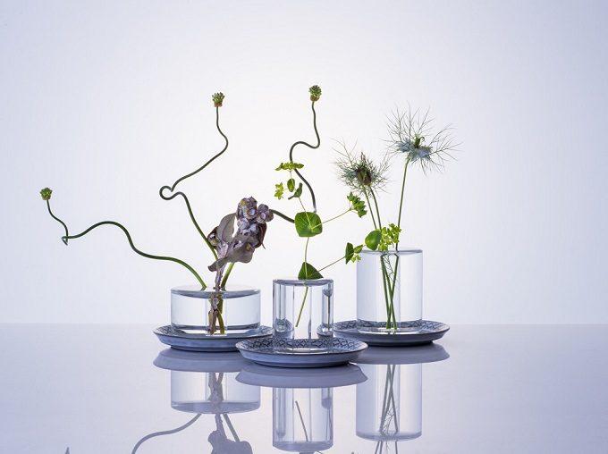 水の柱に植物が浮いているように見える花器「shallows」3種に花を生けたところ