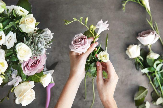 切り花を長持ちさせて、花を長く楽しもうとフラワーアレンジメントをしている様子