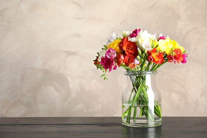 切り花を長持ちさせて、花を長く楽しむ様子