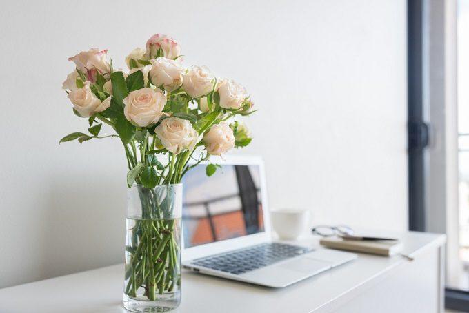 切り花長持ちさせる方法でバラの花束を飾る様子
