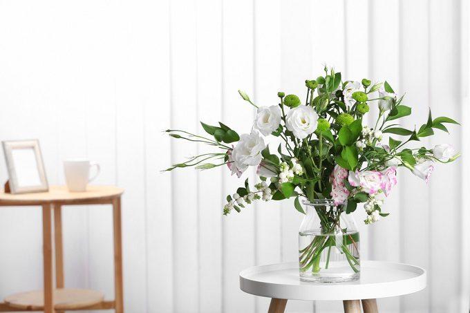 切り花を長持ちさる方法で、花束を花瓶に飾り長く楽しむ様子