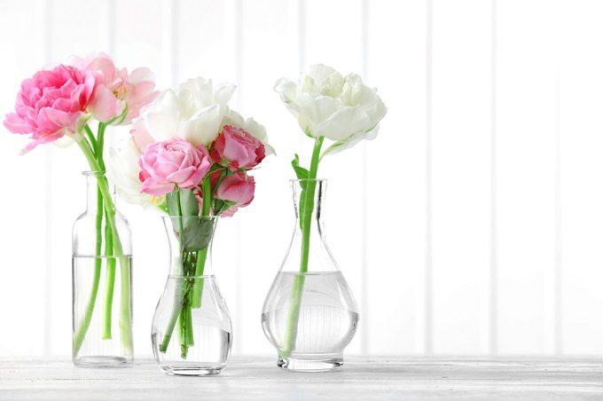 バラの切り花を長持ちさせる方法で、花瓶に花を飾る様子