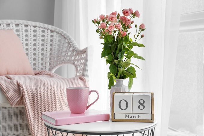 切り花を長持ちさせる方法。バラの花を花瓶に生ける様子