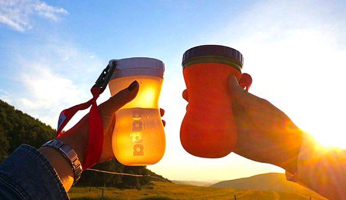 シリコーンボトル「FlipBottle Bapa(フリップボトルバーパ)」で乾杯している様子