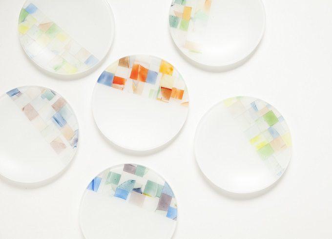 ガラス作家、藤本咲さんの水彩画のような模様が入った小皿