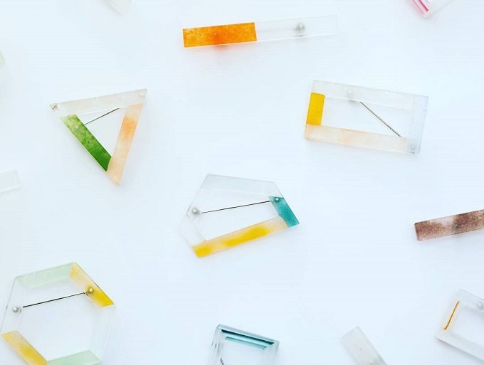 ガラス作家、藤本咲さんの水彩画のような色合いの様々なガラスブローチ2