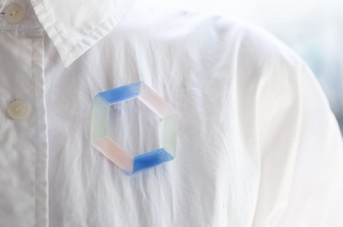ガラス作家、藤本咲さんのブローチをシャツに合わせた様子