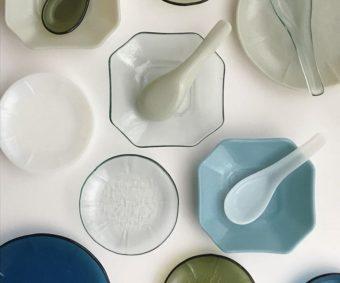 思わず触れてみたくなる。さまざまなガラスの質感を楽しむ池谷三奈美さんの器