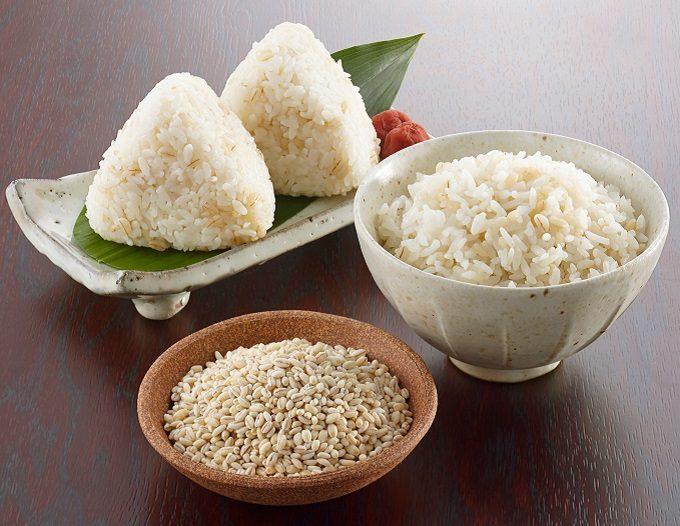 ダイエットにもおすすめのもち麦の入ったお椀とおにぎり