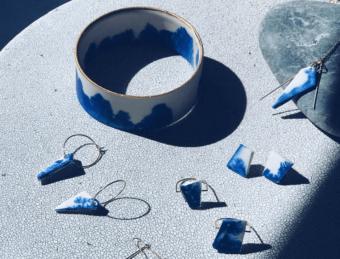 白に滲む青が美しい。夏の装いを上品に彩る、大人女性のための陶製アクセサリー