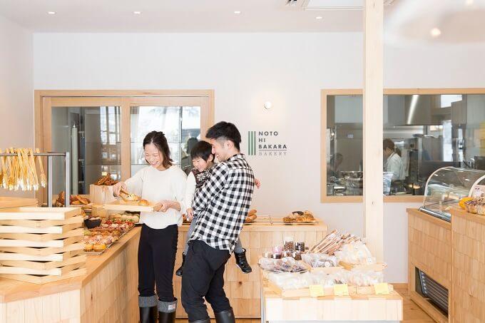 石川県金沢市にあるパン屋さん「NOTOHIBAKARA BAKERY」店内写真