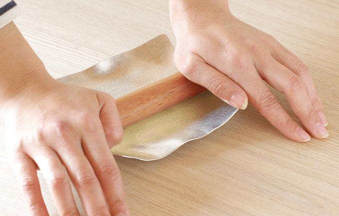 食器ブランド「syouryu」の好きな形に曲げられる錫製お皿「すずがみ」、形の戻し方