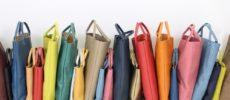 「TASINAMI」のさまざまな色の手提げバッグ