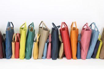 さまざまな質感の違いを楽しむ。「TASINAMI」のシンプルな革バッグ