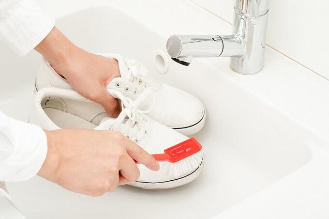 スニーカーを洗う様子