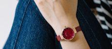 デンマークのウォッチブランド「BERING」のレッドカラーコレクションを身に着けた女性の手元1