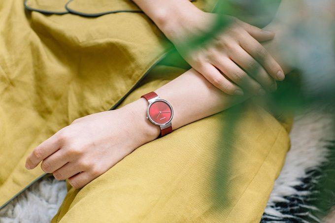 デンマークのウォッチブランド「BERING」のレッドカラーコレクションを身に着けた女性の手元2