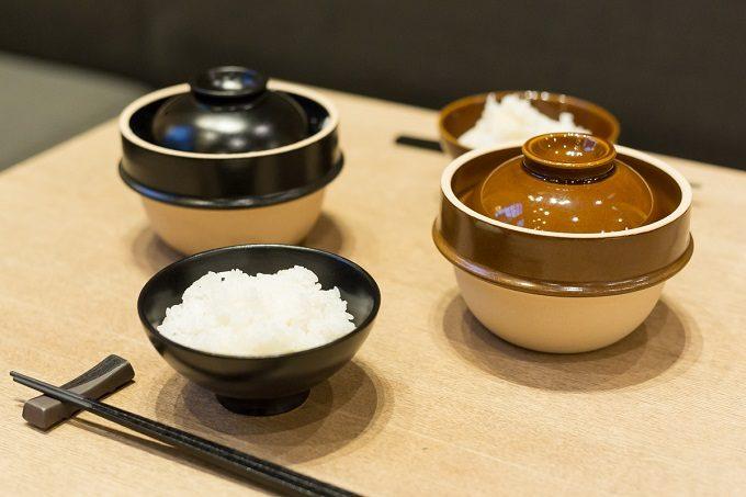益子焼の土鍋「kamacco」で炊いたご飯を食卓に並べたところ