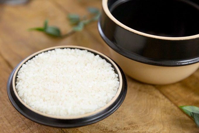 益子焼の土鍋「kamacco」で炊いたご飯を蓋のお椀によそったところ