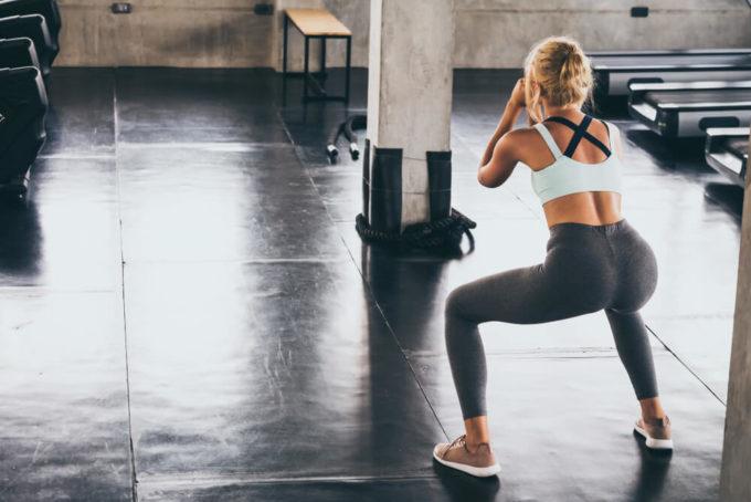 ダイエットに効果的なスクワットを正しいやり方で行う女性の後ろ姿