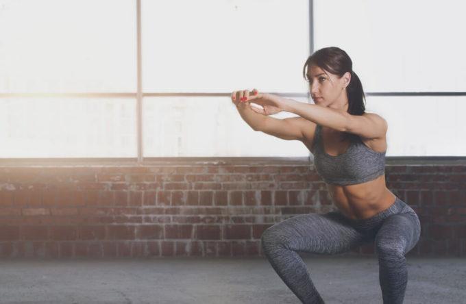 脚痩せ効果が期待できる基本のスクワットを行う女性