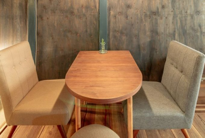 千駄木の居心地のよい古民家カフェ「雨音茶寮」の角がないテーブルやソファ