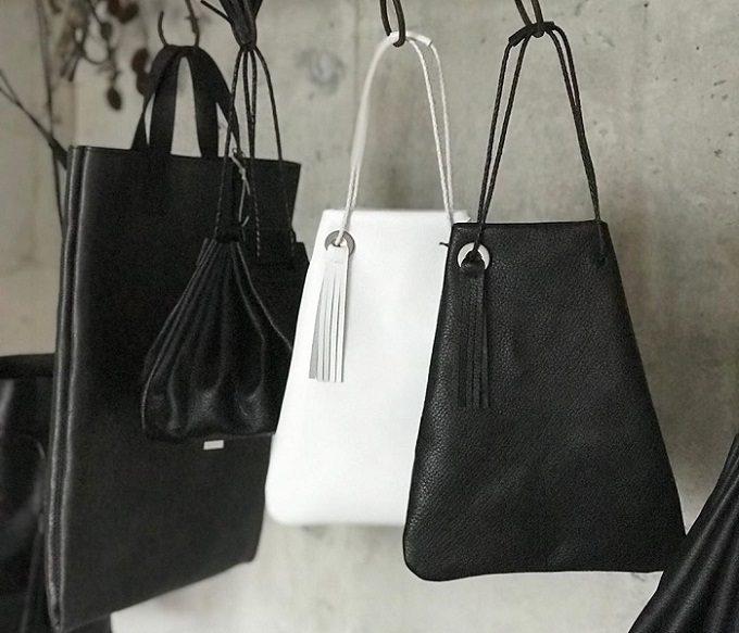 「as couture(アズ・クチュール)」の黒と白の革のバッグ