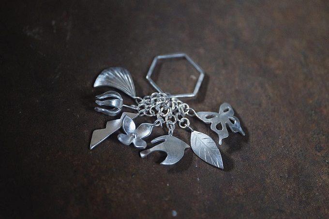沖縄の伝統工芸・金細工でアクセサリーを作る工房「atelier sou(アトリエそう)」の、さまざまな意味が込められた房指輪