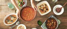 普段から食べたいおいしさの長期保存食「IZAMESHI」のメニューが並ぶ食卓