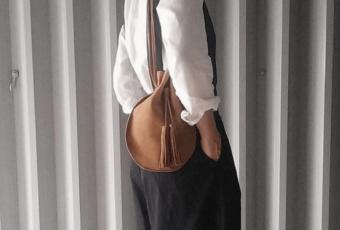 特別な日の装いにプラスしたい。大人に似合う巾着バッグ<5選>